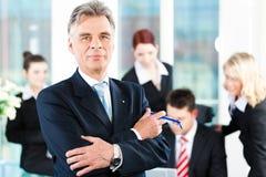 Команда дела с руководителем в офисе стоковое изображение rf