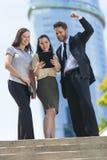 Команда женщины бизнесмена города используя планшет Стоковое Изображение