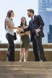 Команда женщины бизнесмена города тряся руки Стоковые Изображения