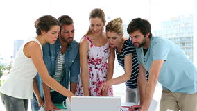 Команда дизайнеров имея встречу акции видеоматериалы