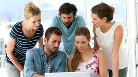 Команда дизайнеров имея встречу сток-видео