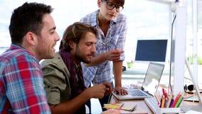 Команда дизайнеров работая на компьютере видеоматериал