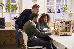 Команда дизайнеров работая с принтером 3D в студии дизайна Стоковое фото RF