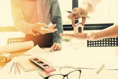 Команда инженеров работая совместно в офисе архитектора Стоковое Изображение
