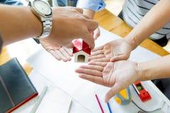 Команда инженеров работая совместно в офисе архитектора Стоковая Фотография RF