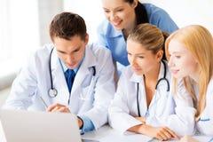Команда или группа в составе работа докторов стоковые фотографии rf