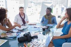 Команда коллективно обсуждать редакторов фотографий Стоковое Изображение