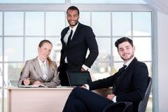 команда мегафона человека повелительницы кофе дела Бизнесмен 3 сидя на таблице пока thre Стоковые Фото