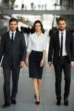 команда мегафона человека повелительницы кофе дела Предприниматели идя в коридор стоковое изображение