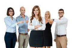 Команда молодых бизнесменов толпясь задирая коллега стоковая фотография