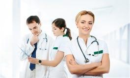 Команда молодых и умных докторов работая совместно Стоковые Фото