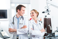 Команда молодых докторов в клинике Стоковые Изображения RF