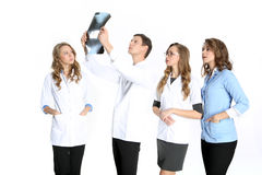 Команда молодых хирургов наблюдая изображение переломов кости Стоковое Фото