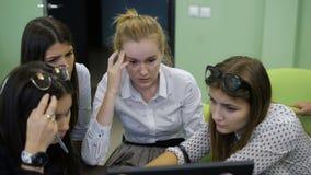 Команда обсуждает проект, который им спросила к практически тренировке в университете Эти проекты направлены видеоматериал