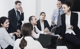 Команда обсуждая проект дела во время перерыва на чашку кофе Стоковая Фотография RF