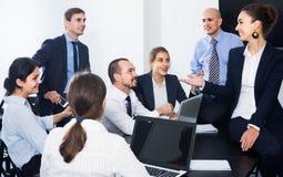 Команда обсуждая проект дела во время перерыва на чашку кофе Стоковое Изображение