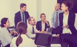 Команда обсуждая проект дела во время перерыва на чашку кофе Стоковое Фото