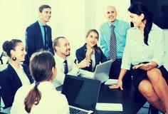 Команда обсуждая проект дела во время перерыва на чашку кофе Стоковые Фото