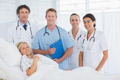 Команда доктора и пациента смотря камеру Стоковое Изображение RF