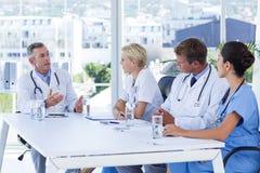 Команда доктора обсуждая совместно во время встречи Стоковые Изображения RF