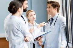 Команда докторов обсуждая диагноз Стоковое Изображение