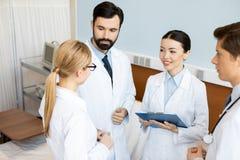 Команда докторов обсуждая диагноз Стоковые Фото