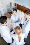 Команда докторов обсуждая диагноз Стоковая Фотография RF