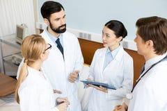 Команда докторов обсуждая диагноз Стоковое фото RF