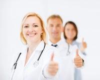 Команда докторов показывая большие пальцы руки вверх Стоковая Фотография RF