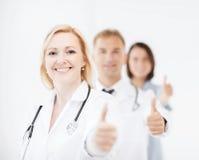 Команда докторов показывая большие пальцы руки вверх Стоковая Фотография