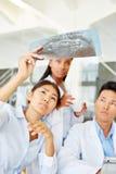 Команда докторов с изображением рентгеновского снимка Стоковое Фото