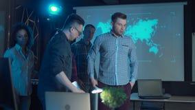 Команда празднуя в офисе видеоматериал
