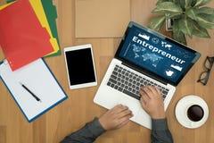 команда предпринимателя работая в офисе используя цифровую таблетку и Стоковые Изображения RF