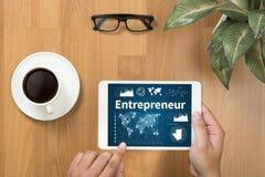 команда предпринимателя работая в офисе используя цифровую таблетку и Стоковое Изображение