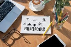 команда предпринимателя работая в офисе используя цифровые таблетку и Ла Стоковые Изображения