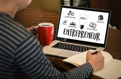команда предпринимателя работая в офисе используя цифровые таблетку и Ла Стоковые Фото