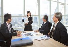Команда проекта бизнесменов отчете о встречи в работая офисе Стоковое фото RF