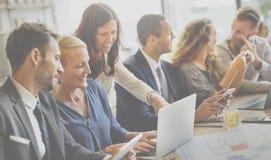 Команда проектируя корпоративную концепцию рабочего места обсуждения Стоковые Изображения
