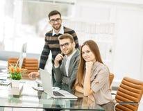 команда профессиональных copywriters работая на новом проекте рекламы в рабочем месте в студии Стоковые Изображения RF