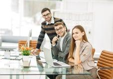 команда профессиональных copywriters работая на новом проекте рекламы в рабочем месте в студии Стоковая Фотография