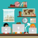 Команда работает на компьтер-книжках бесплатная иллюстрация