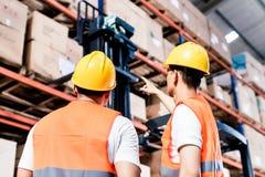Команда работника принимая инвентарь в складе Стоковое Изображение RF