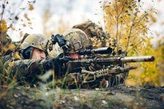 Команда снайпера в положении контролирует цель стоковое изображение rf