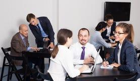 Команда сотрудников имея производительный день на работе Стоковое Изображение
