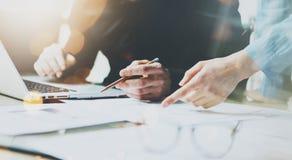 Команда сотрудников фото работая современный офис Человек используя родовую компьтер-книжку дизайна держа карандаш Работа главног Стоковые Фотографии RF