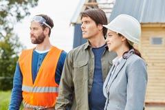 Команда строительной конструкции стоя гордый Стоковое Фото