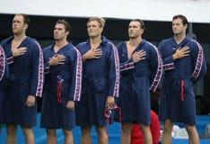 Команда США водного поло во время государственного гимна перед спичкой ` s людей Олимпиад Рио 2016 предварительной круглой против Стоковые Фото