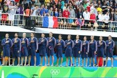 Команда США водного поло во время государственного гимна перед спичкой ` s людей Олимпиад Рио 2016 предварительной круглой против Стоковое фото RF