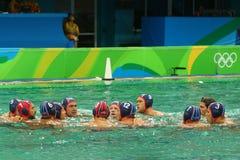 Команда США водного поло перед спичкой ` s людей Олимпиад Рио 2016 предварительной круглой против команды Франции на аквацентре М Стоковая Фотография RF