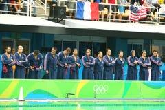 Команда США водного поло перед спичкой ` s людей Олимпиад Рио 2016 предварительной круглой против команды Франции на аквацентре М Стоковое Фото